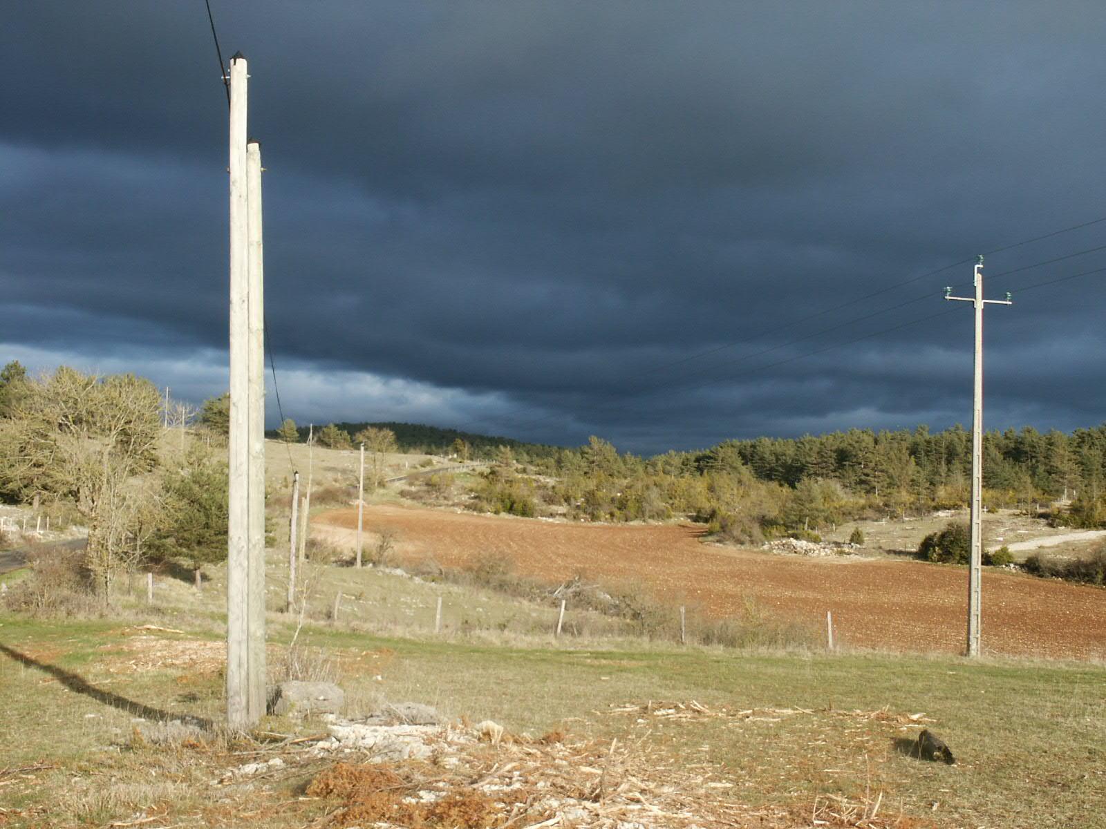 photo personnelle:  menace d'orage  sur le Causse   (  Lozère)