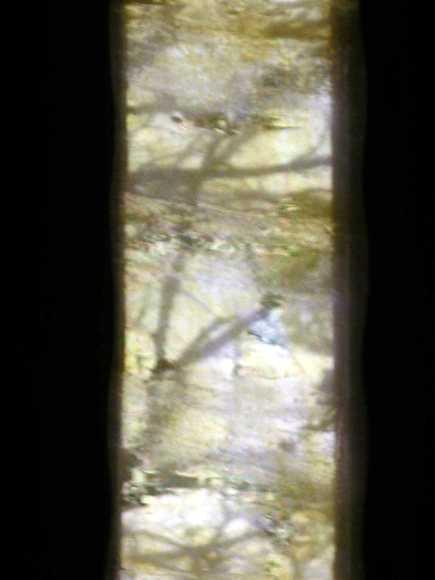 vue à travers un vitrail - cathédrale de Maguelone, Hérault , oeuvre de Robert Morris - photo perso