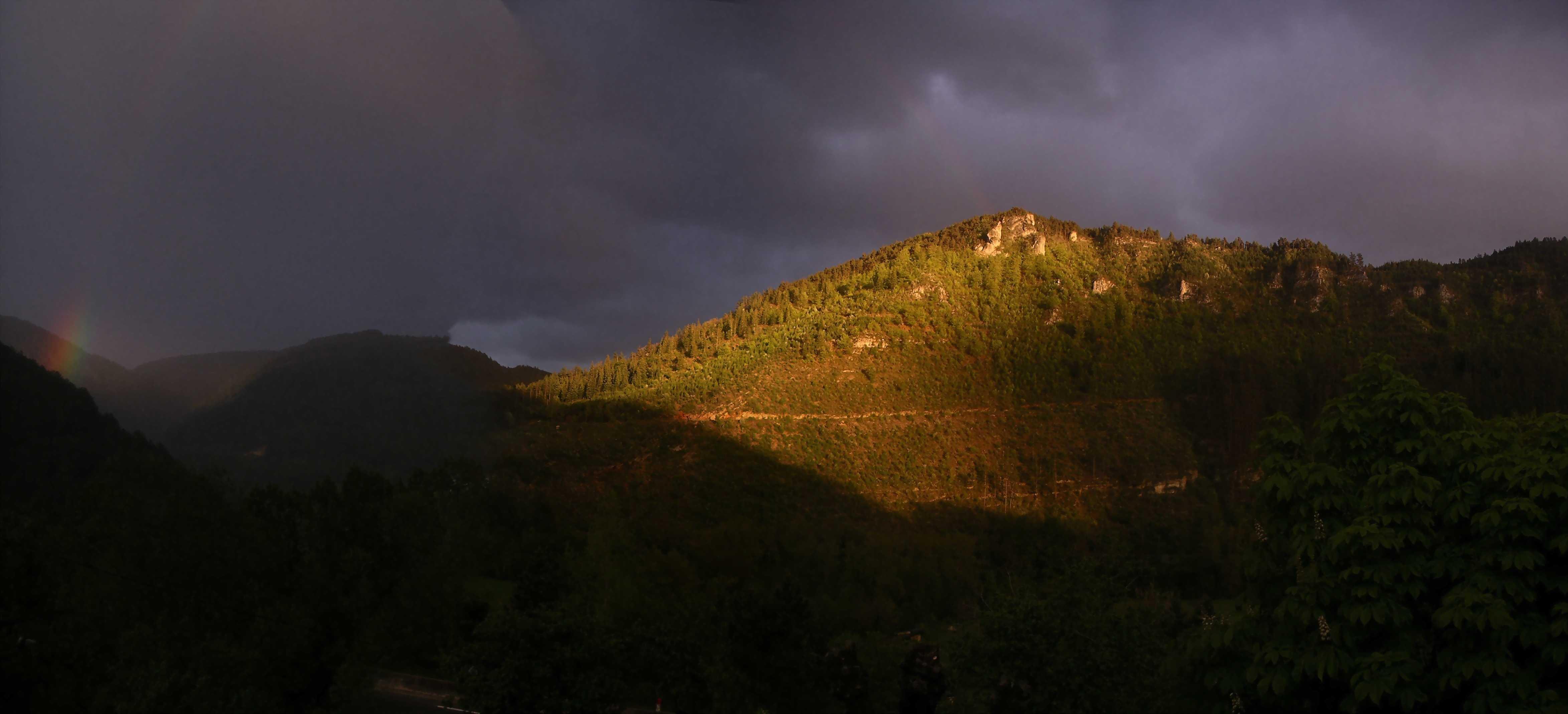photo perso; panoramique  collines éclairage vallée du Lot