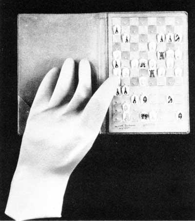 Marcel Duchamp   - jeu  d'échecs  de poche  avec  gant en caoutchouc      1944