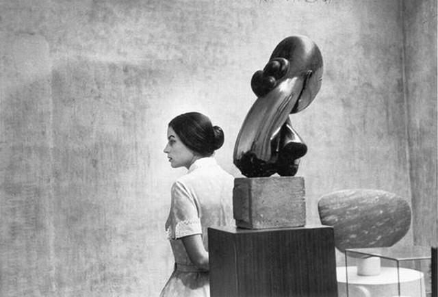 Photo:  Eve  Arnold : photo: Eve Arnold  :Silvana Mangano avec Brancusi au MOMA , en1956