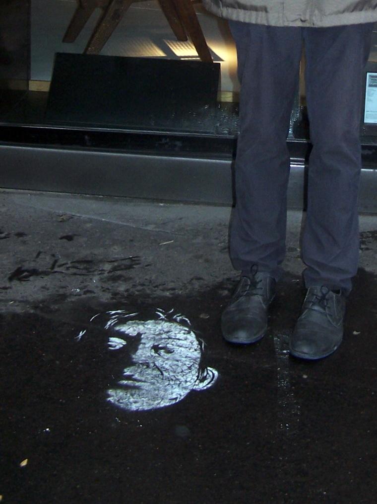 R de Paris  -  Gainsbourg  tag au sol    01_re-ns-er